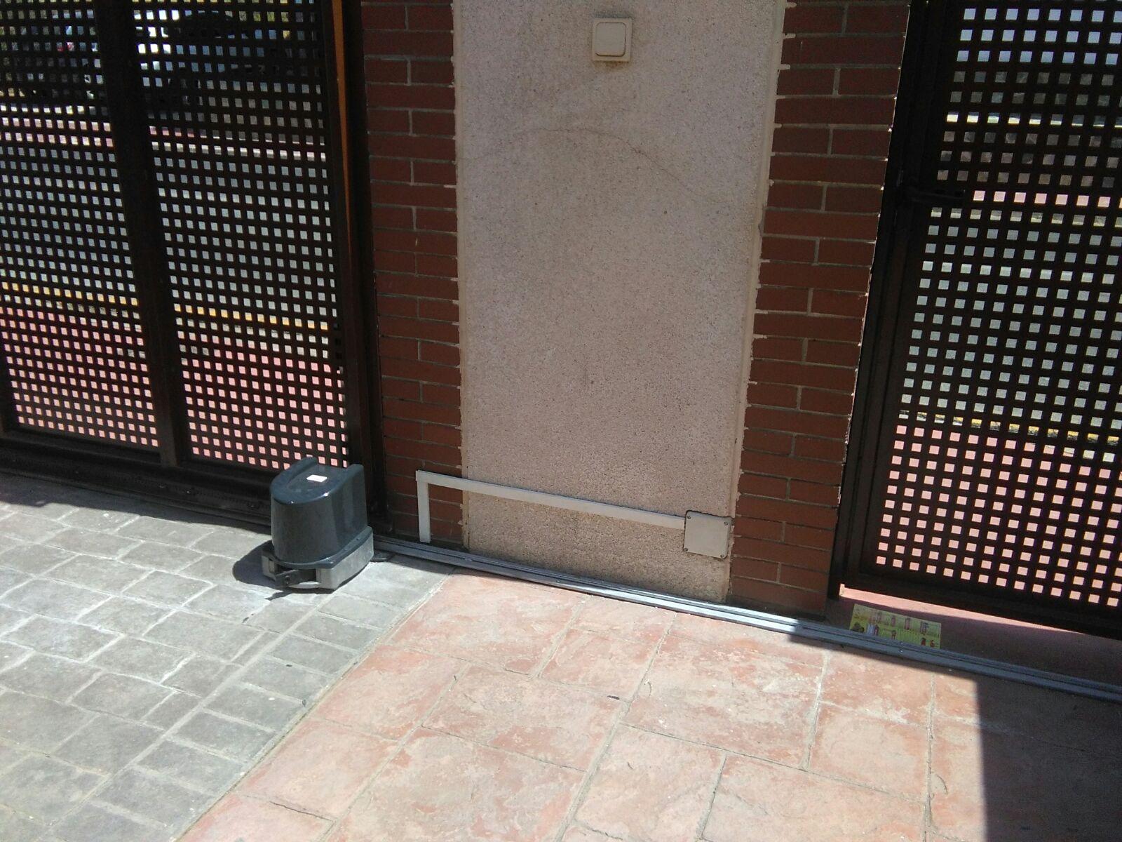 Puerta corredera garaje cheap nuestros clientes with - Motor puerta corredera ...