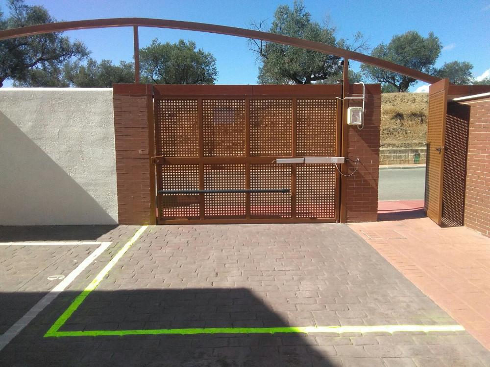Puerta de garaje abatible con motor