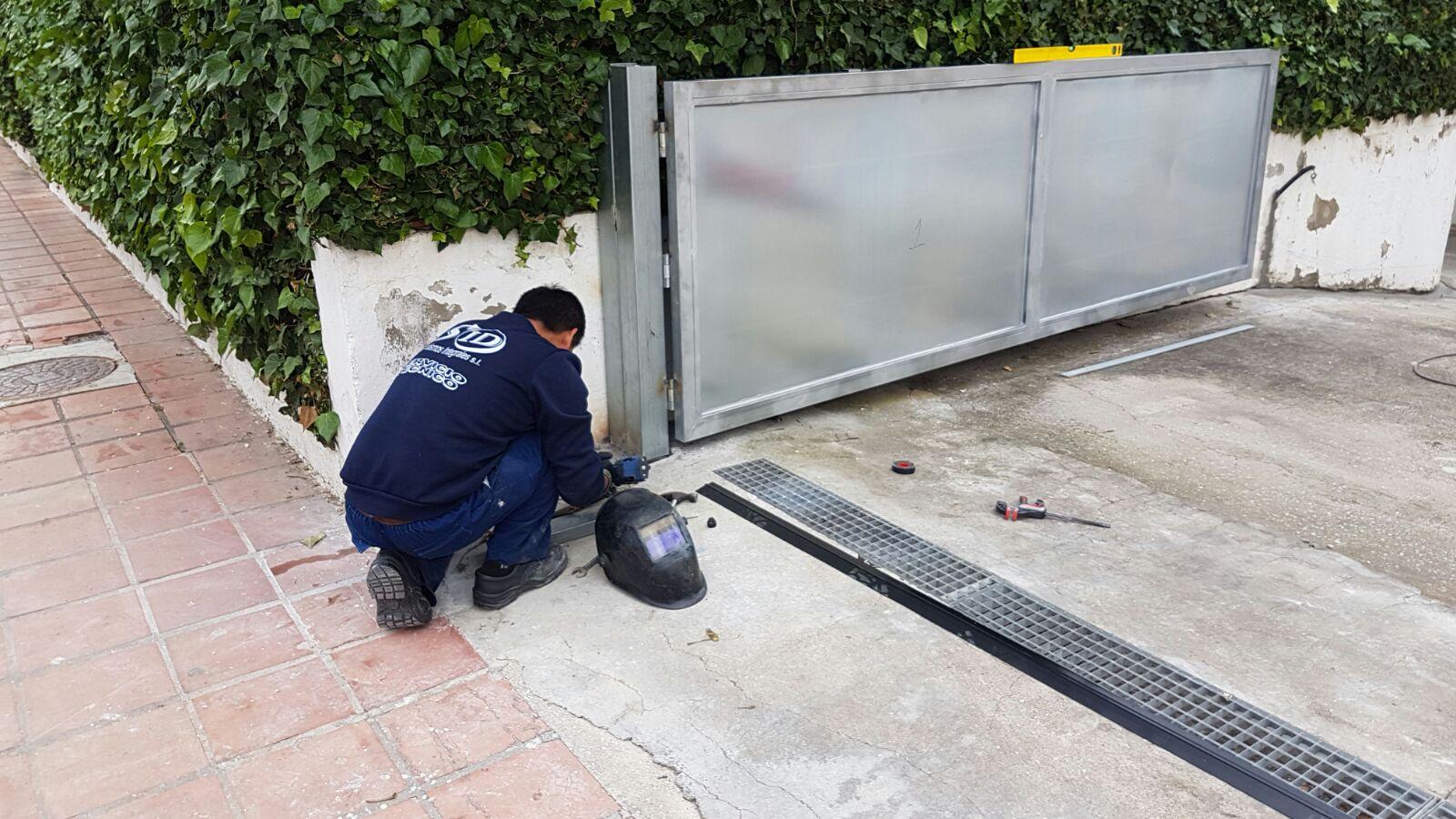 Técnico instalando una puerta abatible con desnivel de agua