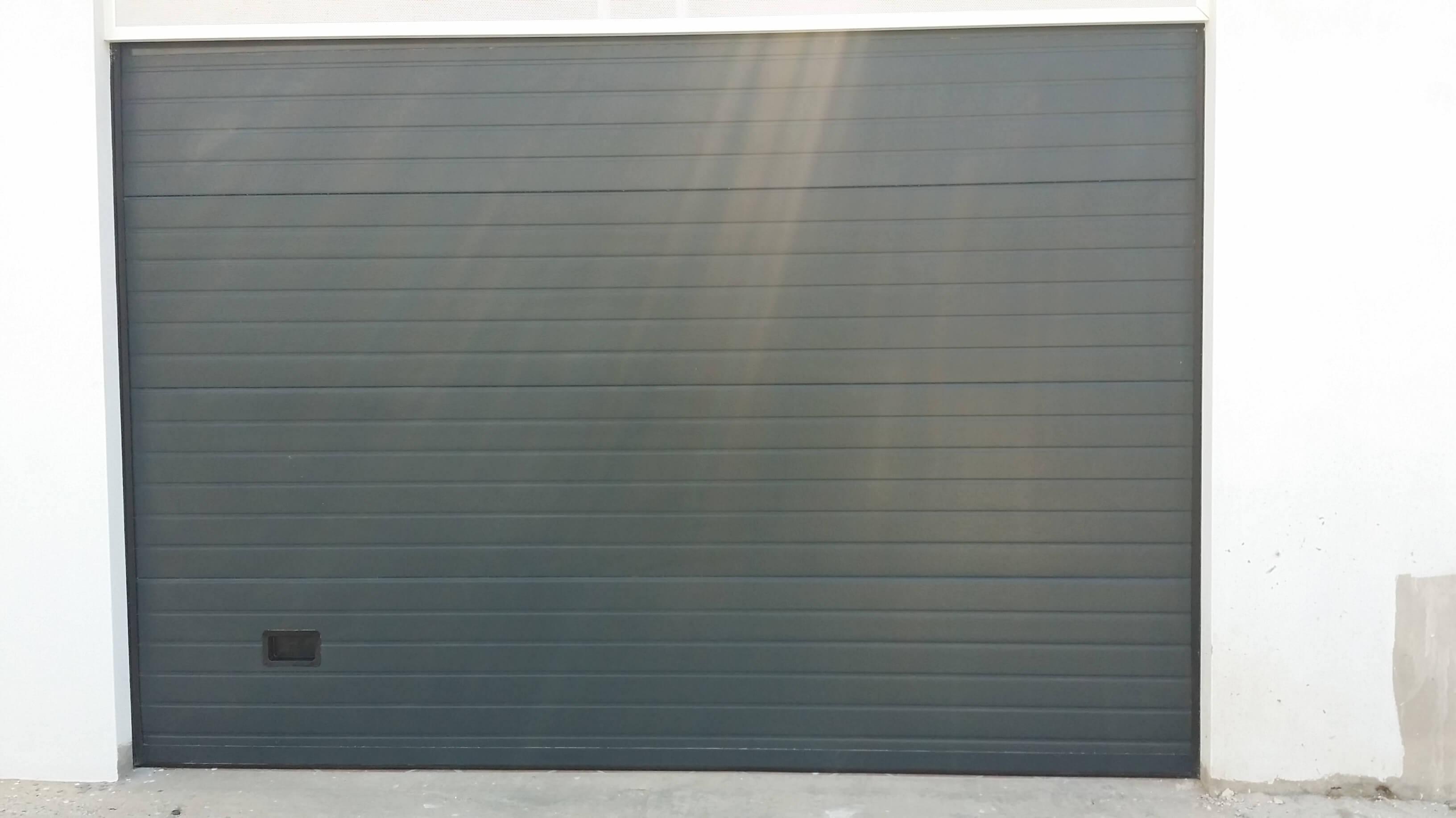 Puerta de garaje seccional en color antracita
