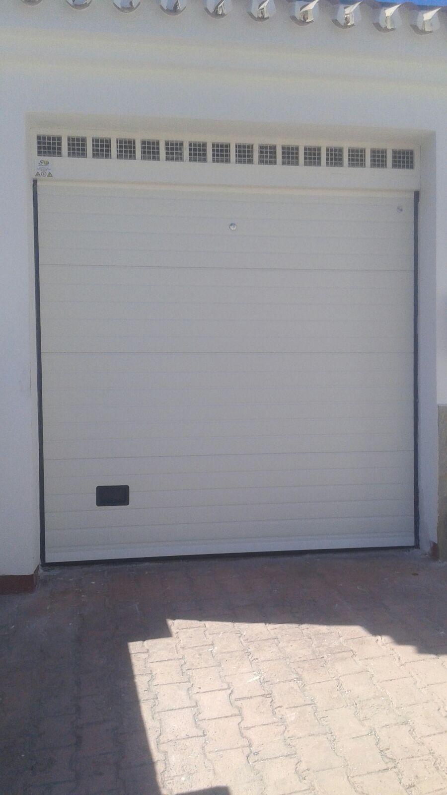 Puerta de garaje seccional en color blanco