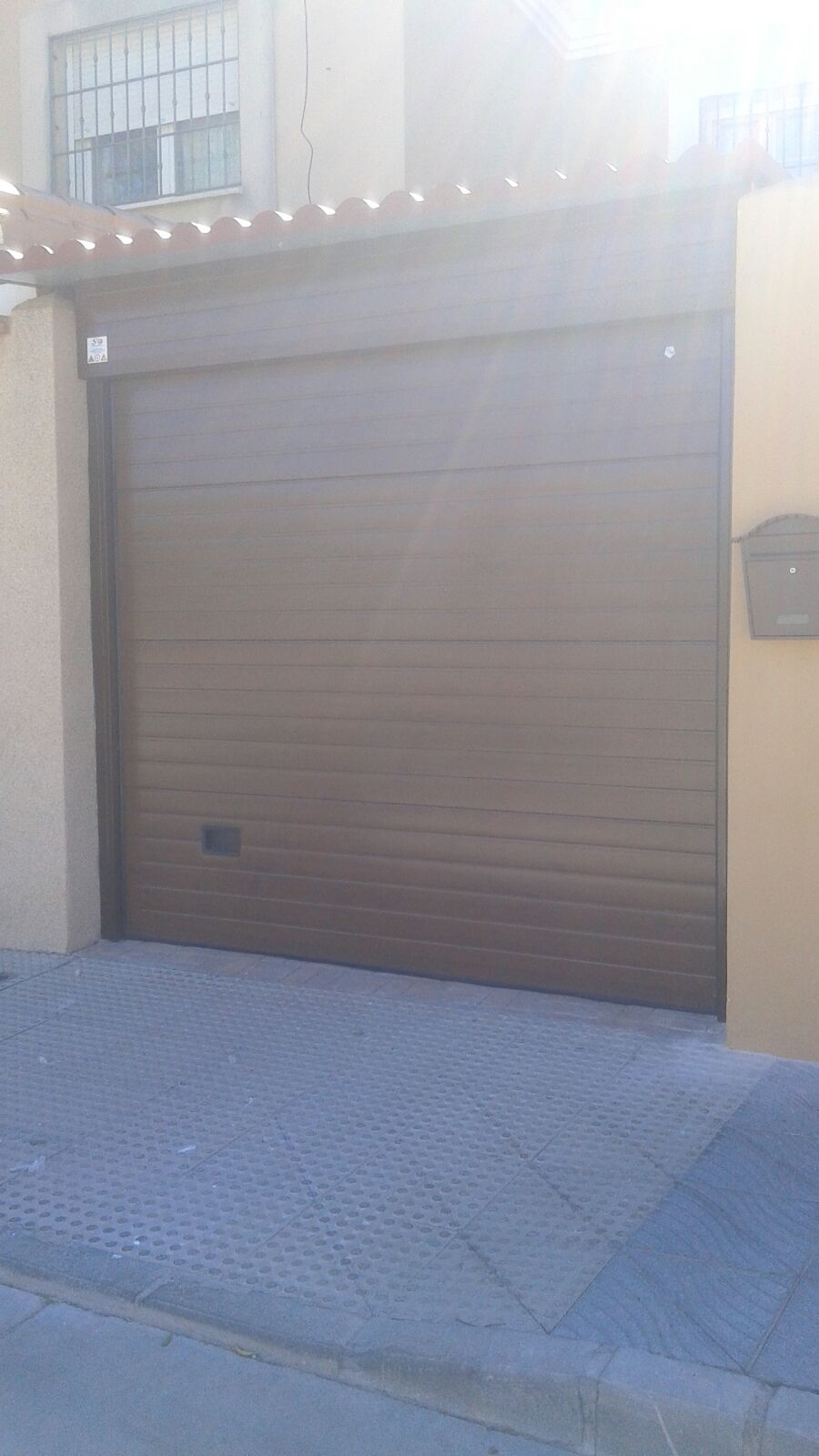 Puerta de garaje seccional en color marrón