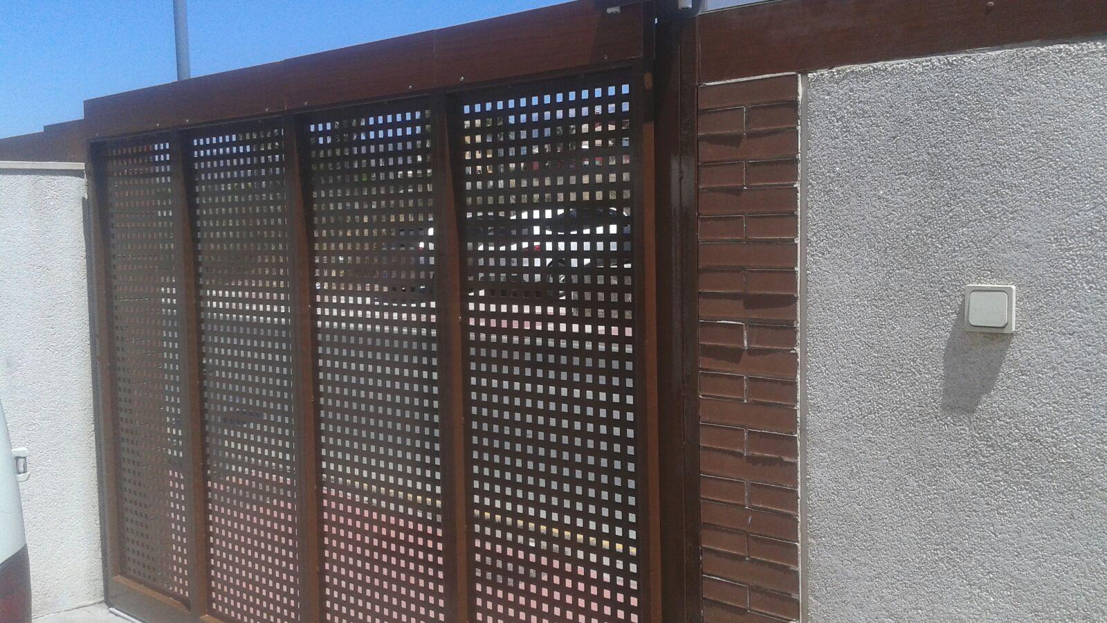 Puerta plegada en corredera interior