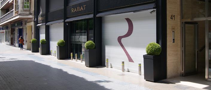 Puerta enrollable en local comercial con diseño