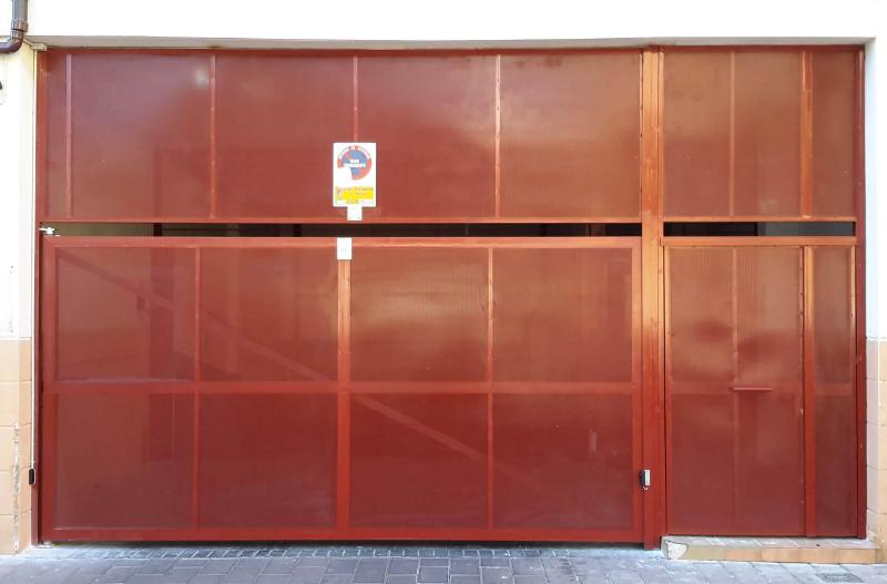 Puertas de garaje abatibles correderas y plegadas a un tercio con acceso peatonal en acabados - Puerta garaje abatible ...