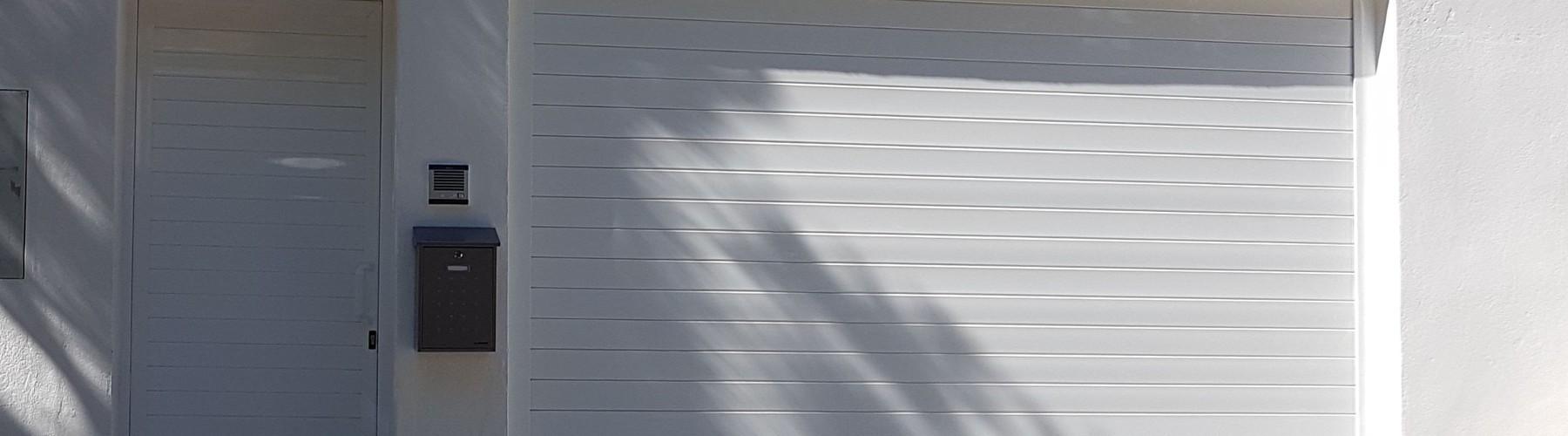 Puerta enrollable de garaje en color blanco