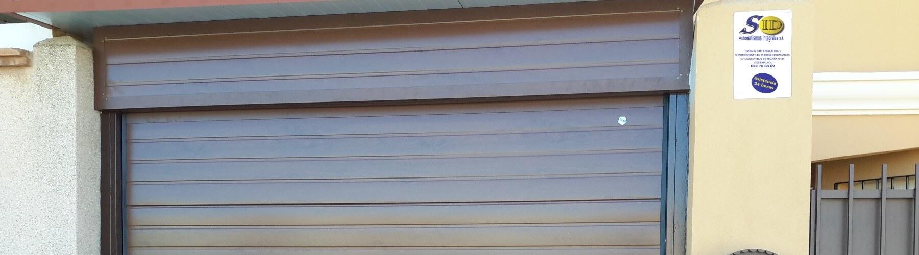 Puerta seccional de garaje de color marrón
