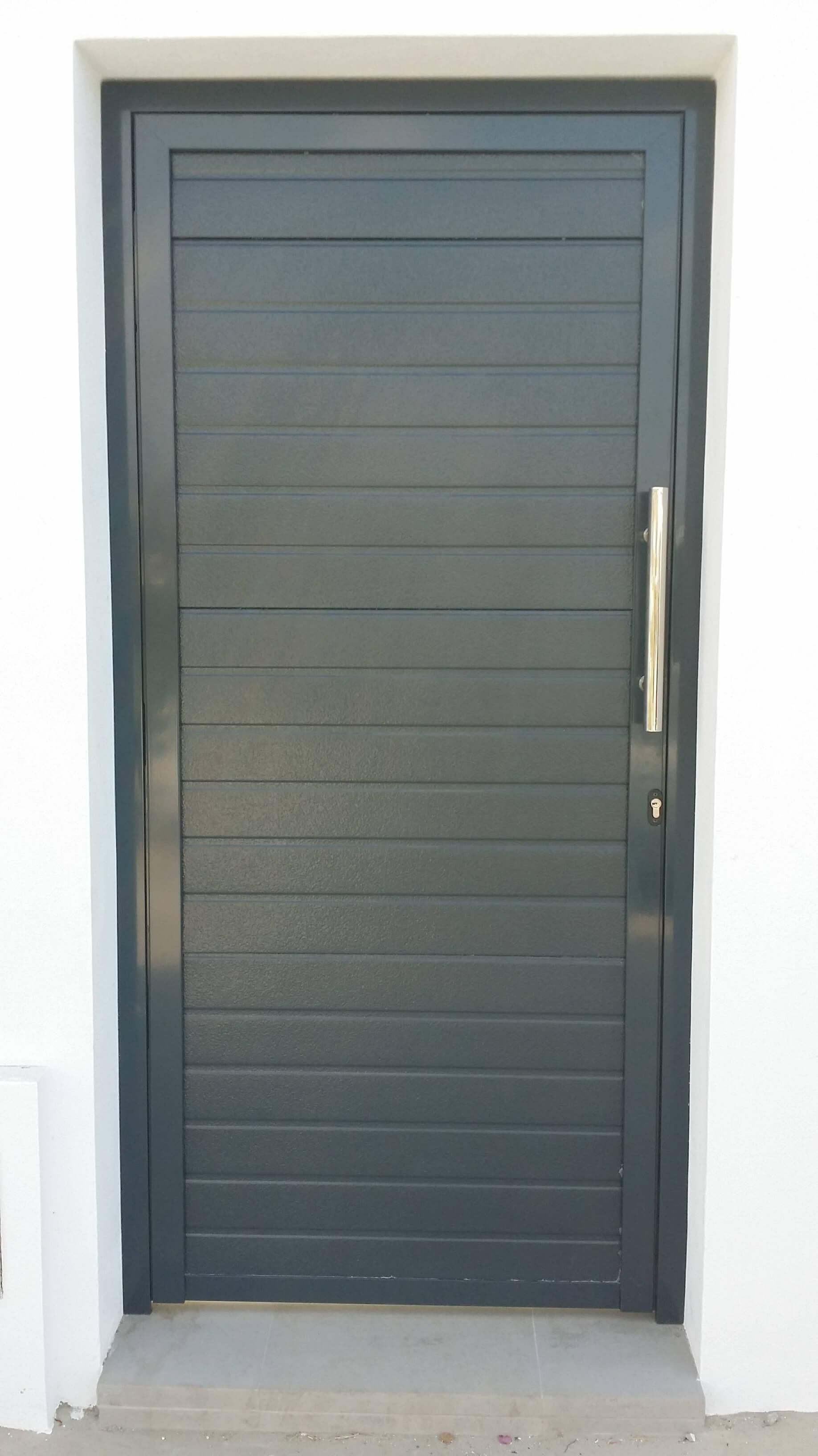 Puerta peatonal con paneles seccionales