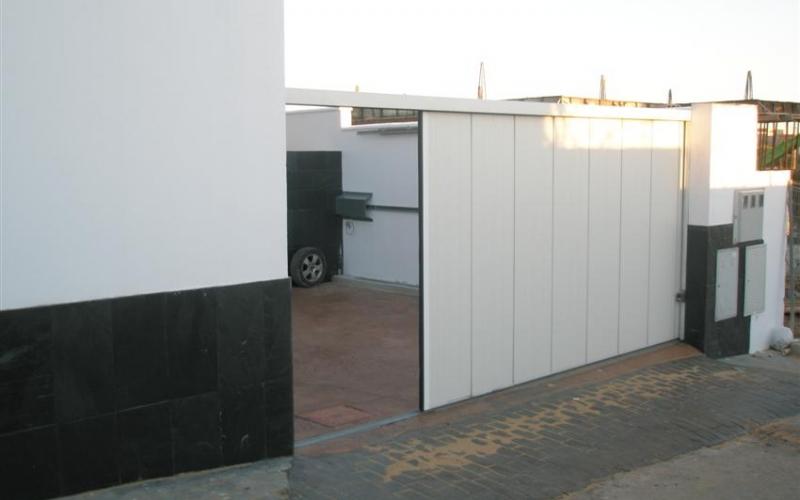 Puerta seccional con apertura lateral de color blanco