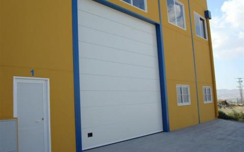 Puerta seccional de grandes dimensiones para uso industrial
