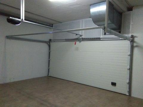Puerta seccional interior con rejilla de ventilación
