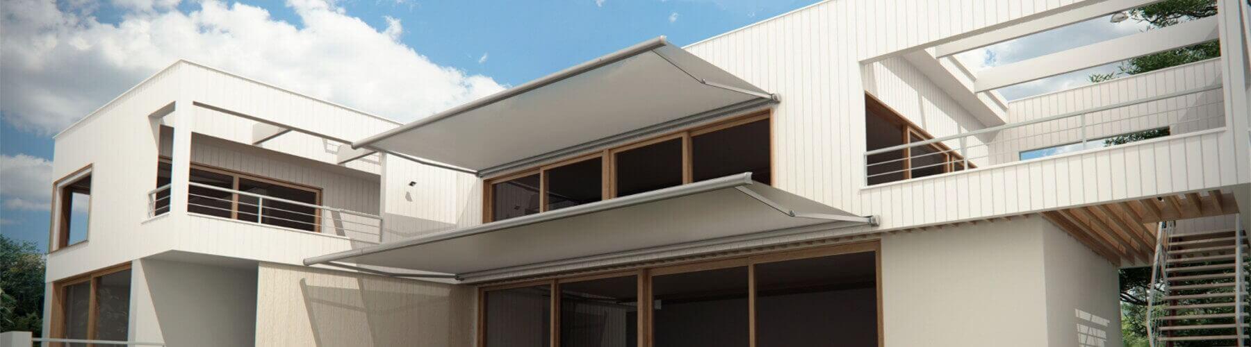 Fachada de una casa con toldos articulados